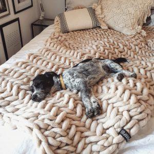 scandinavian-cosy-natural-chunky-knit-merino-throw-blanket-panapufa-boho-bedroom-interior-design