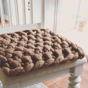 dekoracyjna-poduszka-na-krzeslo