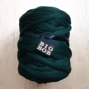 super-chunky-merino-yarn-extreme-arm-knitting-DIY-bottle-green-forrest-color-trends-2021