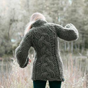 sweter-z-warkoczami-w-stylu-boho-ręcznie-dziergany-na-drutach-wełna-merino