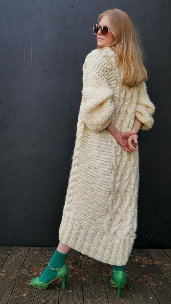 długi-biały-sweter-z-grubej-wełny-na-drutach-do-sukni-ślubnej-w-stylu-boho