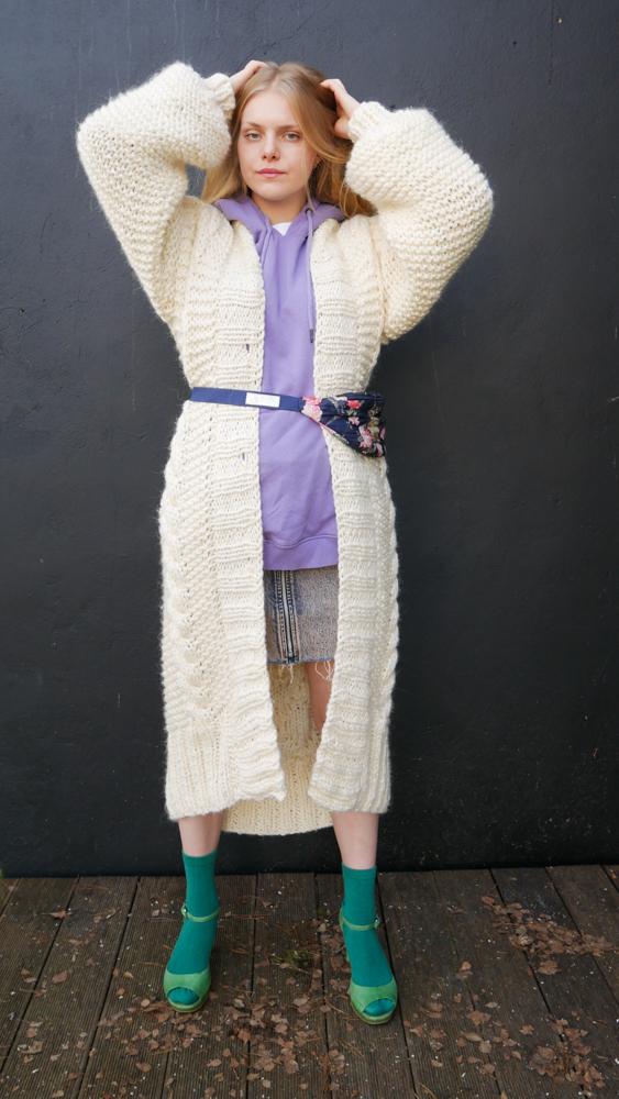 długi-biały-sweter-do-sukni-ślubnej-w-stylu-boho