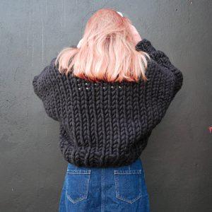 krótki-czarny-kardigan-rozpinany-sweter-z-wełny-merino-na-drutach